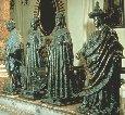 Статуи вокруг саркофага