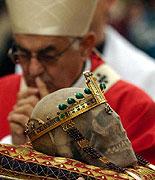 Кардинал Милослав Влк молится над черепой св. Вацлава (Фото: ЧТК)