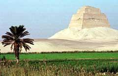 Пирамида Снофру ( приемника Джосера) в Медуме