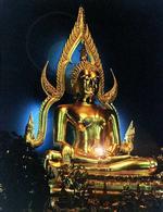 >Далее посетитель поднимается по небольшой мраморной лестнице в главный зал храма, где на высоком алтаре перед ним предстает <i