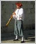 Музыкант в средневековом наряде