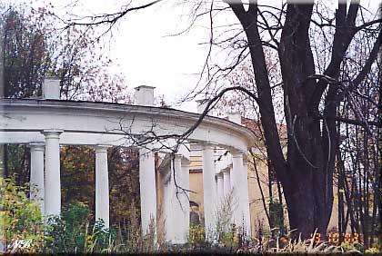 Усадьба Пехра-Яковлевское. Колоннада западного флигеля.
